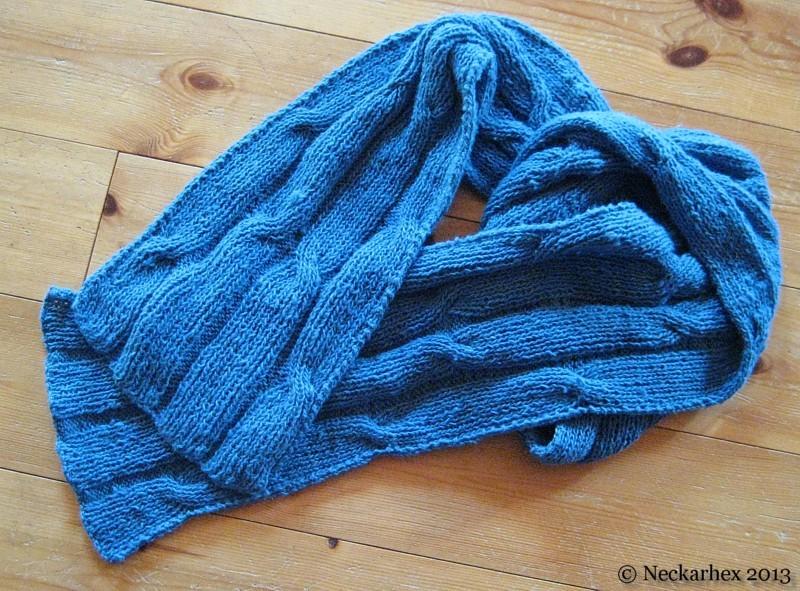 gestrickter blauer Schal aus grobem Seidengarn mit Z�pfen, dekorativ drapiert