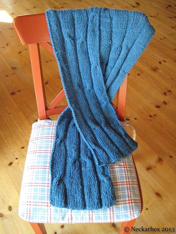 Gestrickter Schal aus grobem Seidengarn �ber Stuhl drapiert